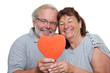 Senioren halten rotes Herz