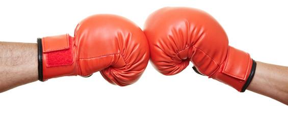 Zwei Hände in Boxhandschuhen