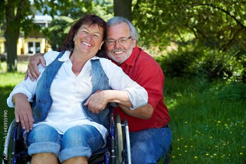 Mann mit Seniorin im Rollstuhl