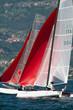 catamarani con vele rosse