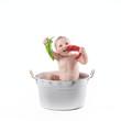 Bambino in pentola che mangia i peperoni