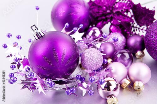 Festlicher weihnachtsschmuck mit lila christbaumkugeln auf silbe von juniart lizenzfreies foto - Christbaumkugeln lila ...