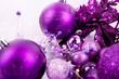 Festlicher Weihnachtsschmuck mit Lila Christbaumkugeln auf silbe