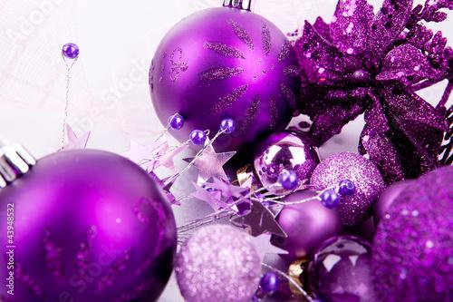 Festlicher weihnachtsschmuck mit lila christbaumkugeln for Christbaumkugeln lila silber