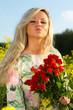 Frau mit roten Rosen und Kußmund