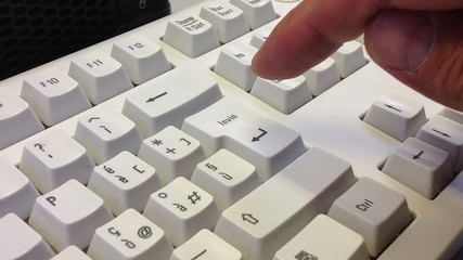 Premere con rabbia il tasto invio della tastiera