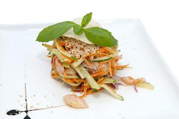 салат из овощей и куриного мяса
