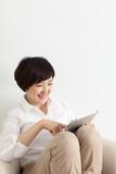 日本人女性とタブレット端末