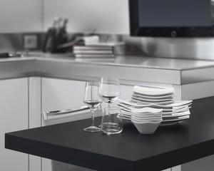 pila di piatti e bicchieri sul piano di lavoro in cucina moderna