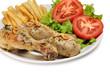 Plato de pollo con patatas y ensalada.