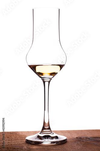 Glas mit Grappa im Gegenlicht