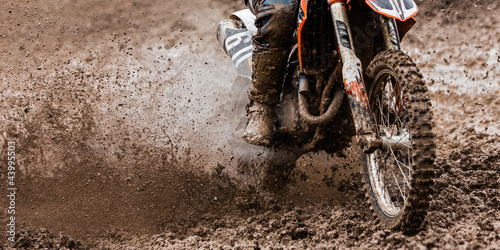 Motocrosser im Dreck - 43995503