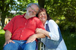 Seniorin mit Mann im Rollstuhl