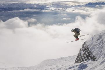 waghalsiger Sprung beim Skifahren