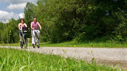junges Pärchen beim Fahrrad fahren