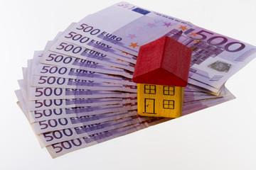 haus aus bausteinen steht auf 500 euro scheinen