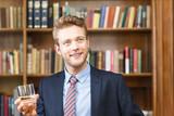Mann mit Glas Cognac