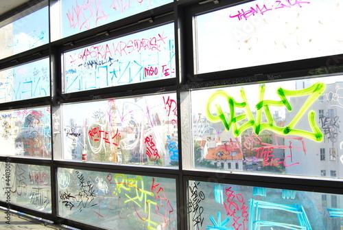 Leinwanddruck Bild Graffiti taken, fensterfront schriften