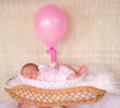 nouveau né dans un ancien pèse bébés