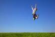 Junges Mädchen spring hoch