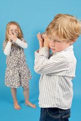 Kinder spielen mit Dosen und Schallwellen
