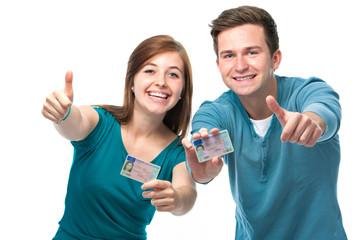 Jugendliche mit ihren Führerscheinen