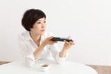 リモコンを操作する日本人女性