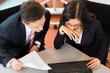 Geschäftsleute sitzen im Büro an einem Schreibtisch