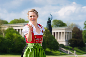 Junge Frau in Dirndl vor der Münchener Bavaria