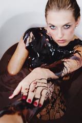 junge attraktive Frau nimmt Schokoladenbad
