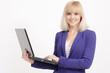 Geschäftsfrau mit Laptop im Studio