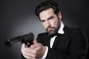 Geheimagent James Bond 007 mit Pistole im Anschlag