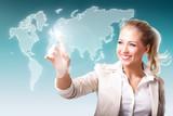 junge Frau wählt per Touchscreen Weltregion aus