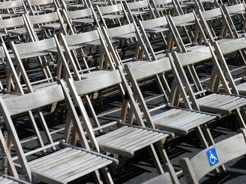 Stuhlreihen mit Behindertenplatz