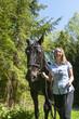 Frau führt ihr Pferd am Zügel