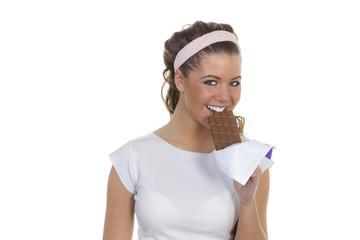 Junge Frau mit Stirnband freut sich über Schokolade