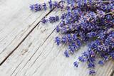 Fototapety Lavendelzweige auf Holz