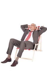 entspannter manager im liegestuhl