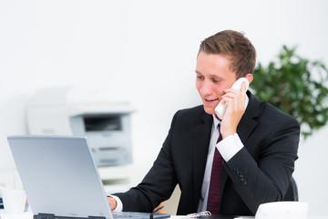 junger mann führt ein beratungsgespräch am telefon