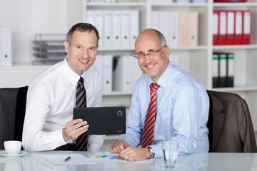 zwei kollegen mit tablet