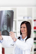 ärztin schaut auf röntgenbild
