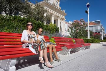 mère et fille sur le banc de l'hôtel de ville