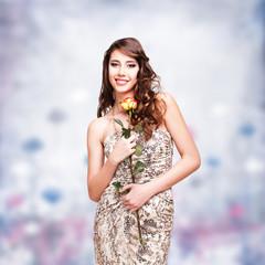 attraktive brünette junge Frau mit Rose