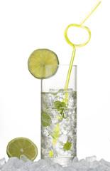 makro von eisgekühltem drink mit limetten