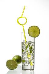 eisgekühlter drink mit zwei limetten