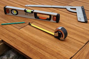 outils de mesure sur terrasse en bois 1