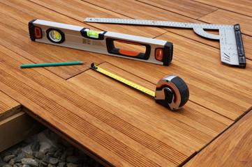 outils de mesure sur terrasse en bois 3