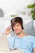 mann hört musik mit geschlossenen augen