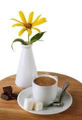 ашка кофе с шоколадом и сахаром с цветком изолированная на белом