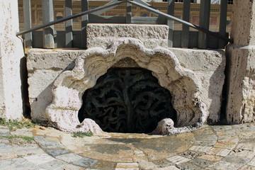 Tombino antico in Piazza del Campo